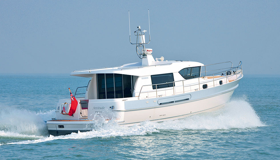 Hardy 40DS deck saloon motor boat at sea